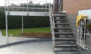terrasse aluminium avec escalier